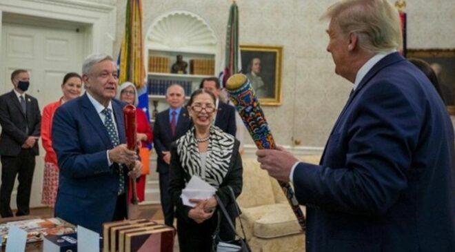 López Obrador y Trump intercambian bates de béisbol en la Casa Blanca