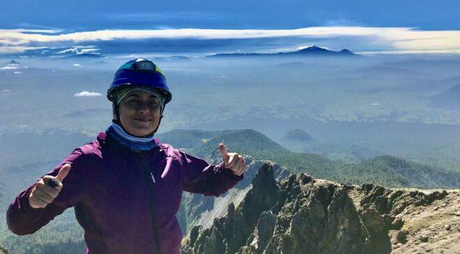 La parralense Laura Montes Urquidi llega a la cima del Pico del Fraile y el Matlalcueye